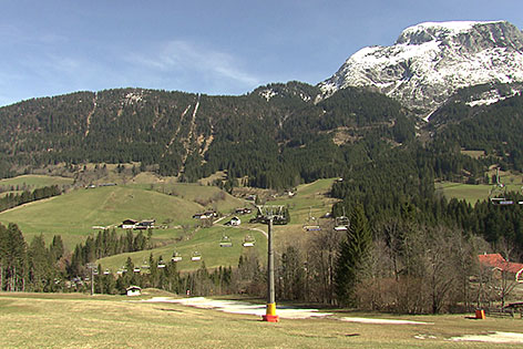 Sessellift über grüner Wiese in Annaberg-Lungötz (Tennengau)