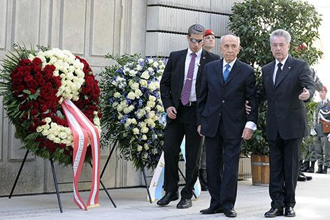 Simon Peres und Heinz Fischer bei Kranzniederlegung am Judenplatz
