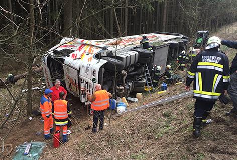 umgestürzter Lastwagen wird geborgen