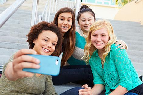 Junge Frauen machen ein Selfie
