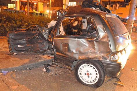 Auto rast am Gürtel in Fußgängerin. Im Bild: Das Unfallauto