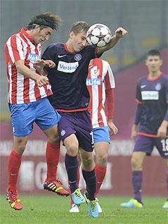 Valentin Grubeck im Kopfballduell gegen Atletico-Spieler
