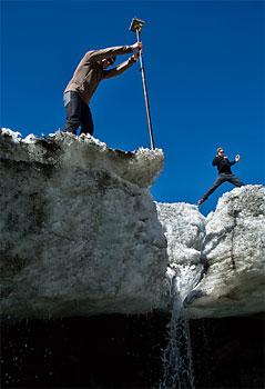 Gletschervermessung mit zwei Wissenschaftern