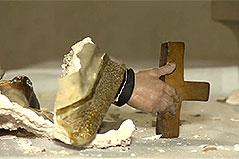 Zerstörte Statue in Kirche