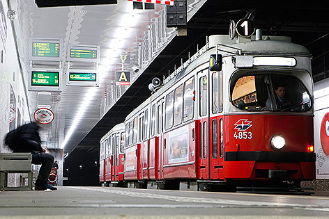 Straßenbahn-Garnitur der Linie 1 in der Station Matzleinsdorfer Platz