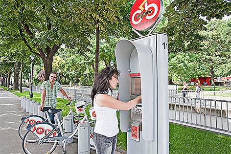Radfahrer bei City Bike-Stationen