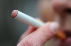 Frau raucht E-Zigarette