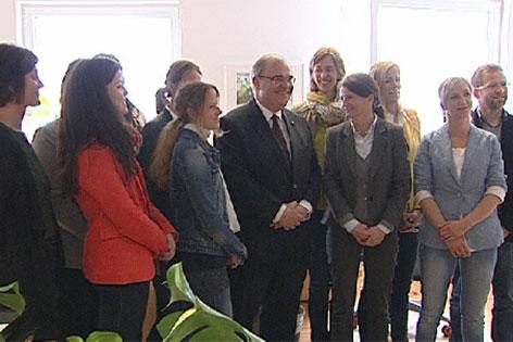 Justizminister Wolfgang Brandstetter mit dem Beratungsteam der Familiengerichtshilfe