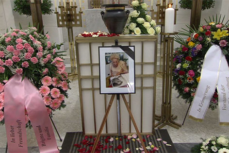 Begräbnis von Falco-Mutter Maria Hölzl