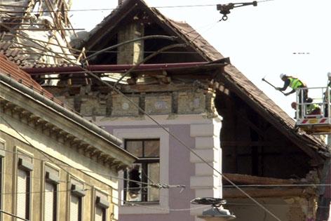 Arbeiter bei eingestürztem Haus in der äußeren Mariahilfer Straße