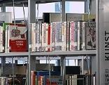 Bücher im Regal in der Stadtbibliothek Salzburg