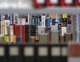 Bücher im Regal in der Bibliothek