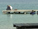 Touristen am Neufelder See