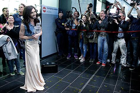 Conchita Wurst bei der Ankunft am Flughafen Wien-Schwechat