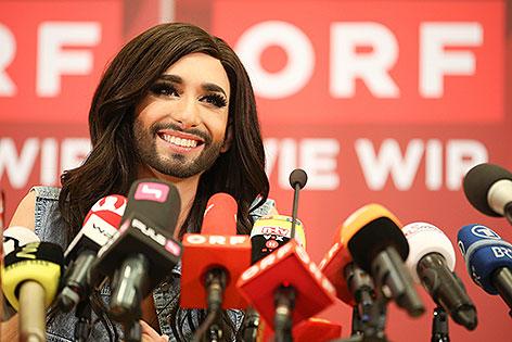 Conchita Wurst bei Pressekonferenz am Flughafen Wien-Schwechat