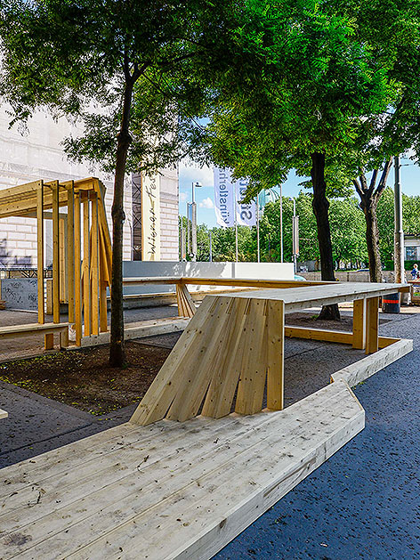 Holzskulptur beim Festwochen-Zentrum im Künstlerhaus