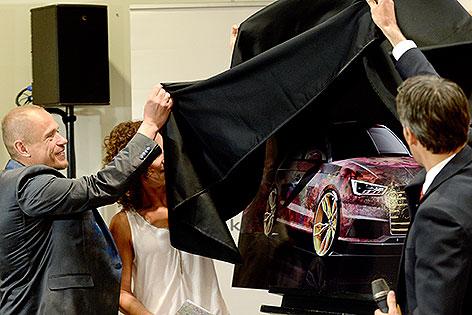 """Gery Keszler bei der Enthüllung eines Bildes des """" Life Ball-Audi S1"""""""