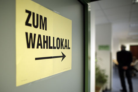 """EU-Wahl 2014: Hinweisschild mit der Aufschrift """"Zum Wahllokal"""" aufgenommen  in einem Wahllokal in Wien"""