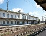 Bahngleis und Bahnhofgebäude