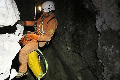 Retter am Seil in der Riesending-Schachthöhle im Untersberg