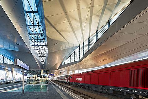 Zug im neuen Wiener Hauptbahnhof