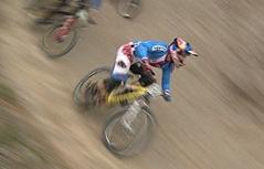 Mountainbiker bei Four Cross Rennen
