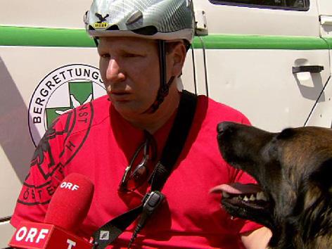 Bergretter Andreas Bader mit Hund beim ORF-Interview