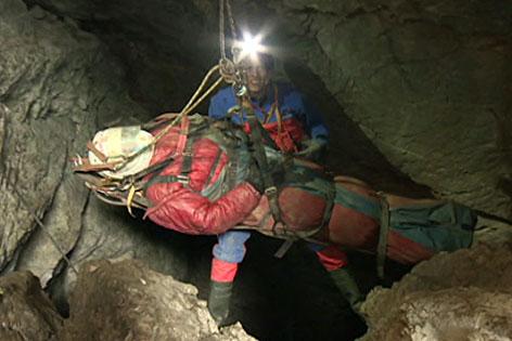 Verletzter Höhlenforscher wird aus der Riesending Schachthöhle im Untersberg gerettet