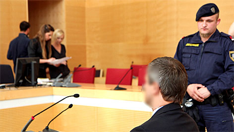 Angeklagter vor Gericht und Prozessakten