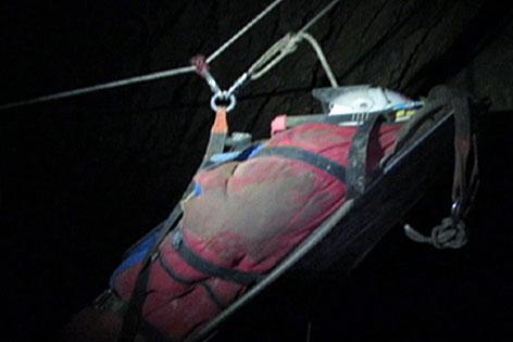 Transport des Verletzten 52-Jährigen aus der Riesending Schachthöhle im Untersberg bei Berchtesgaden