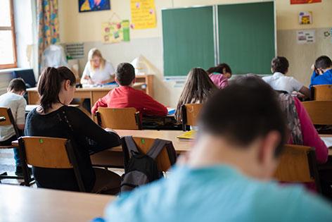 Schüler sitzen in Klasse, Blick auf Tafel