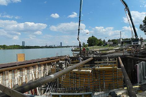 Grabungsarbeiten für künstlichen Fluss