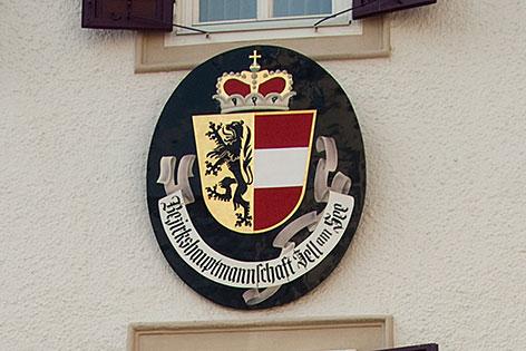 Schild der Bezirkshauptmannschaft Zell am See