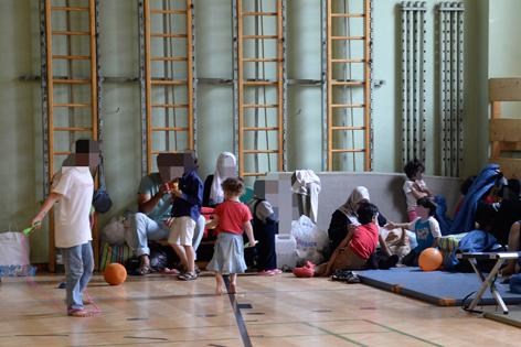 Flüchtlingskinder in Polizeiturnhalle