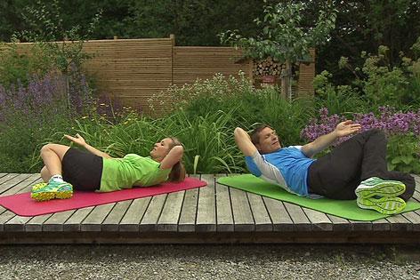 Doresia Krings und Michael Mayerhofer bei einer Übung für die schrägen Bauchmuskeln