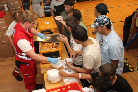 Flüchtlinge werden vom Roten Kreuz versorgt