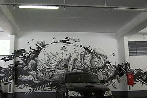 """Selbstporträt des Künstlers """"Cone"""" in Garage"""