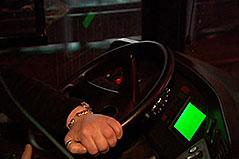 Hände an Lenkrad in Nachtbus