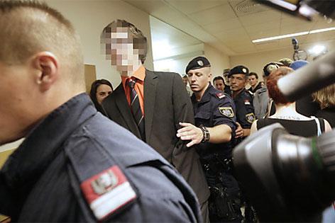 Angeklagter wird in Gerichtssaal gebracht