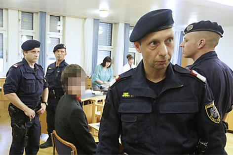 Justizwachebeamten rund um Angeklagten