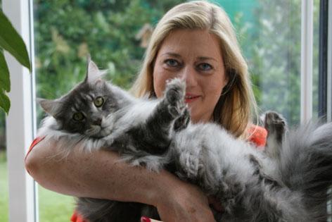 Tierärztin Dr. Elisabeth Lechleitner mit einer ihrer Katzen