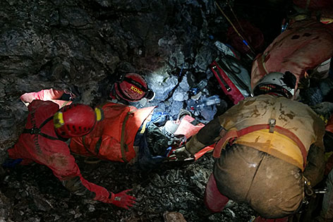 Höhlenretter bei der Bergung des verletzten Polen