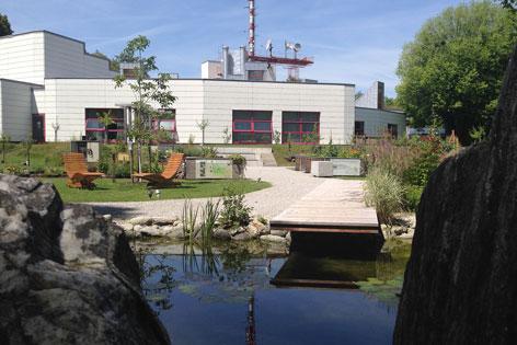 Fernsehgartenansicht vom Teich aus mit dem Landesstudio im Hintergrund