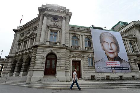 Ein Spendenplakat aufgenommen am Samstag, 23. August 2014, am Volkstheater in Wien.