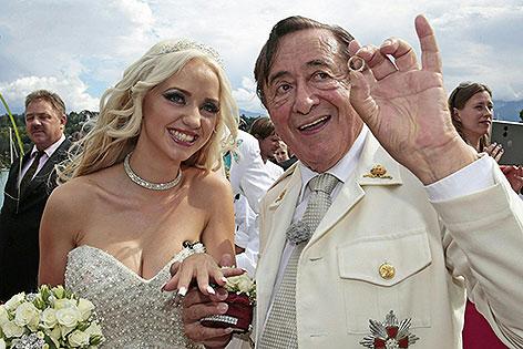 Richard Lugner und Cathy Schmitzbei hrer Verlobungsfeier im Casino Velden Anfang August 2014