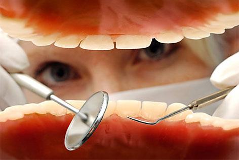 Zahnarzt untersucht Zähne
