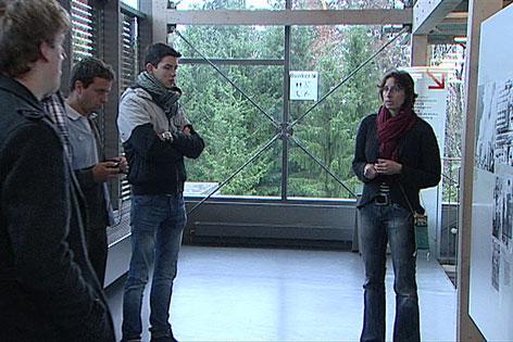Rundgangsleiter erklären Besuchern
