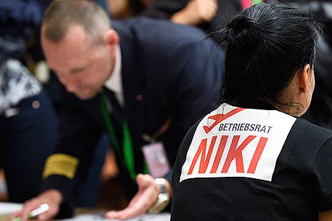 Mitarbeiter der Airline Niki vor Beginn einer Betriebsversammlung