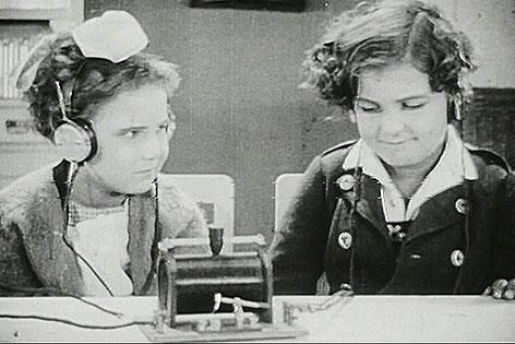 Zwei Mädchen hören Radio, 1924