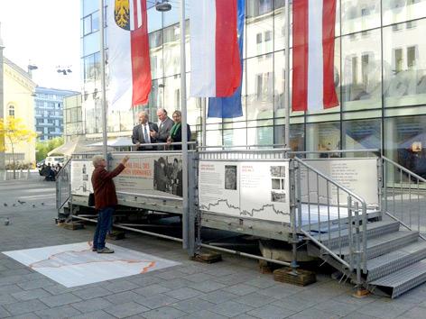 """""""Brückenschlag"""" ist eine zugängliche Installation am Linzer Martin-Luther-Platz zum Gedenken an den Fall des Eisernen Vorhangs vor 25 Jahren."""